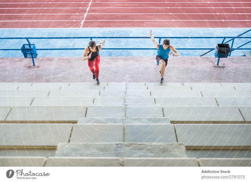 Zwei Sportler, die die Treppe hinauflaufen. Stadion rennen Fitness üben Training sportlich Aktion muskulös Gesundheit Sprint 2 Jugendliche Athlet professionell