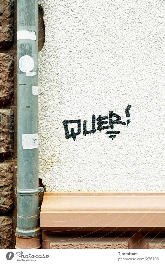 QUER! weiß Haus Graffiti Wand grau Mauer Stein Metall braun Etikett Heidelberg Fallrohr