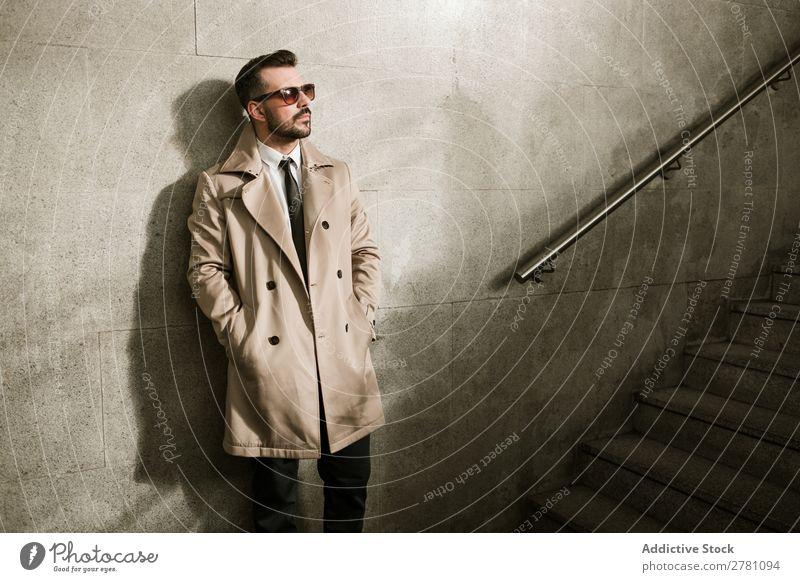 Gutaussehender Mann gutaussehend Stil Erwachsene Mode Sonnenbrille Geländer Freitreppe Mensch modisch Porträt Model attraktiv Typ modern trendy Macho Bekleidung