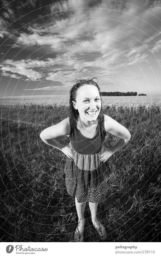Keep Smiling Mensch Frau Himmel Natur Jugendliche Sommer Pflanze Freude Wolken Erwachsene Wald Landschaft Wiese feminin Junge Frau Gefühle