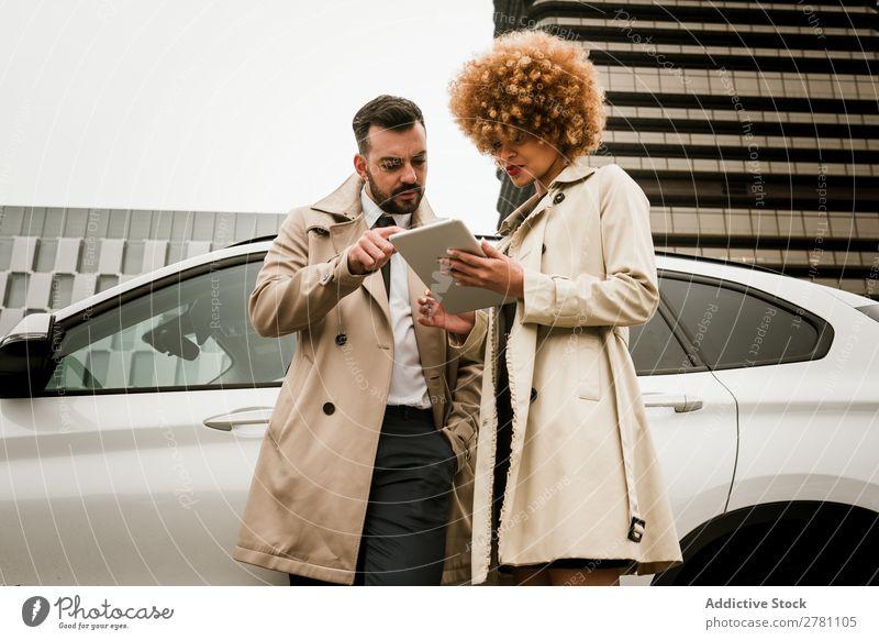 Stilvolles Paar mit einem Tablett Erwachsene schön Zusammensein gutaussehend hübsch Fröhlichkeit Freund Freundin Partnerschaft romantisch Mode Romantik