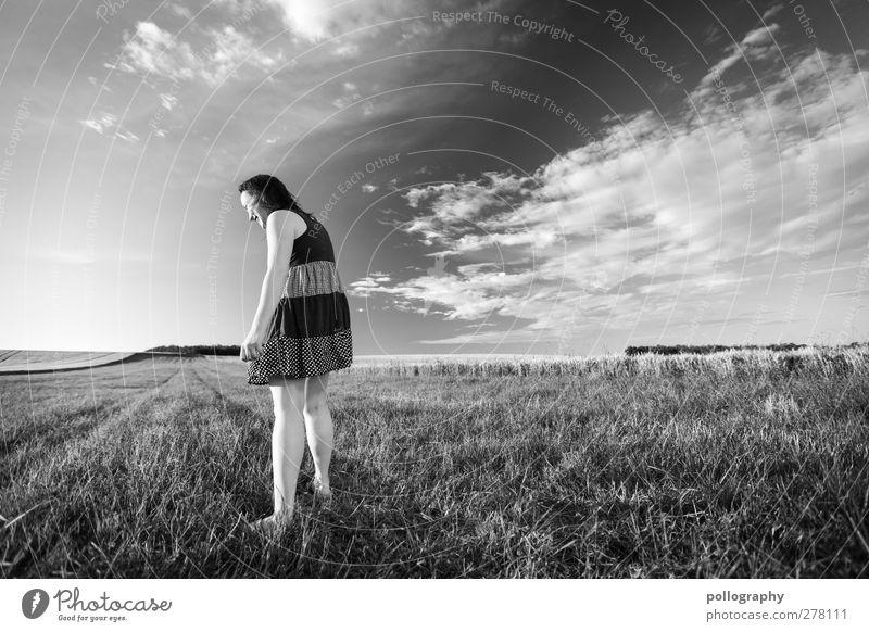 giant Junge Frau Jugendliche Leben 18-30 Jahre Erwachsene Natur Landschaft Himmel Wolken Horizont Sommer Schönes Wetter Wiese Gefühle Freude Fröhlichkeit
