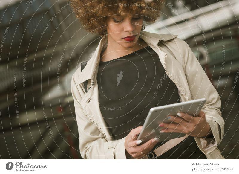 Attraktive Frau stehend mit Tablette Stil Erwachsene hübsch Haare & Frisuren blond Tablet Computer digital Apparatur Gerät benutzend Browsen schön attraktiv