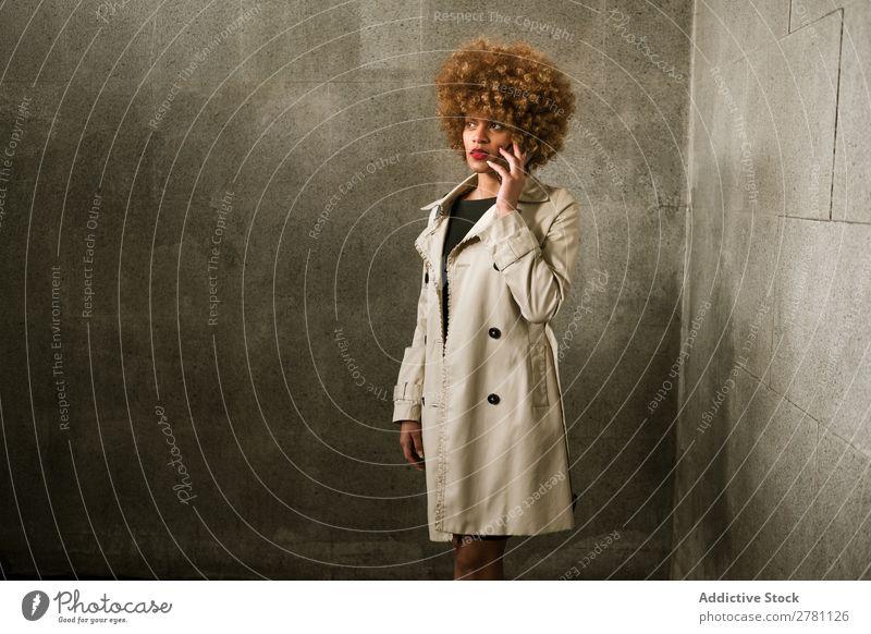 Attraktive Frau mit Smartphone Stil Erwachsene hübsch Haare & Frisuren blond benutzend Browsen PDA stehen schön attraktiv Mode Model Beautyfotografie Behaarung