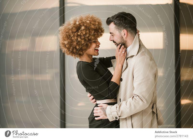 Glückliches, stilvolles, umarmendes Paar Erwachsene Stil schön stehen Bonden heiter Lächeln Zusammensein gutaussehend hübsch Fröhlichkeit Freund Freundin