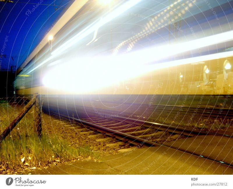 Metronom Eisenbahn Bremen Licht Bahnhof Nacht Langzeitbelichtung Streifen Geschwindigkeit Abend Ankunft Nachtfahrt gefährlich DB KDF Schinen Abenddämmerung