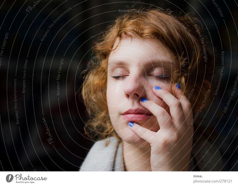 andlostluggage Mensch feminin Frau Erwachsene Haare & Frisuren Gesicht Hand Finger 1 18-30 Jahre Jugendliche Nagellack rothaarig Pony genießen träumen