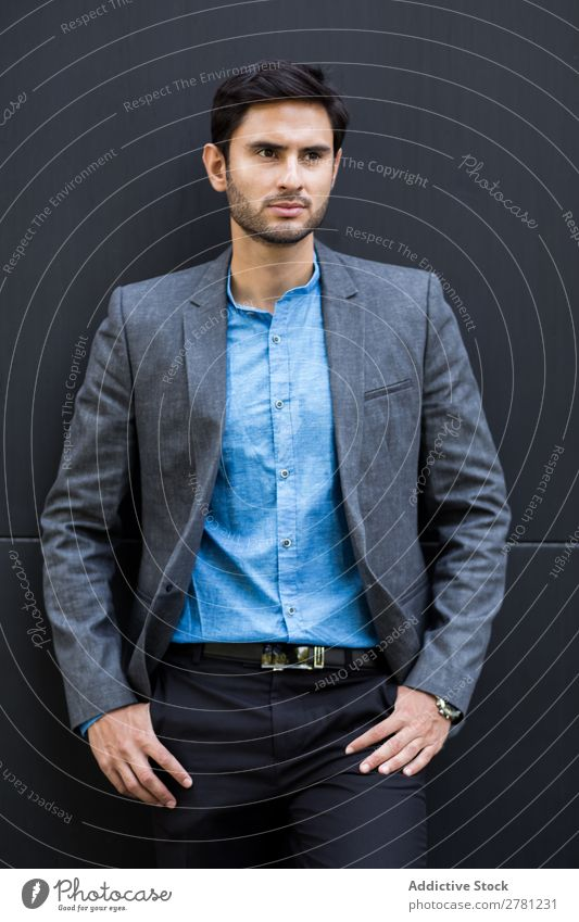 Eleganter junger Geschäftsmann auf der Straße Mann Business Mode gutaussehend Jugendliche Blick Model Mensch Hintergrundbild Anzug modern Exekutive selbstbewußt