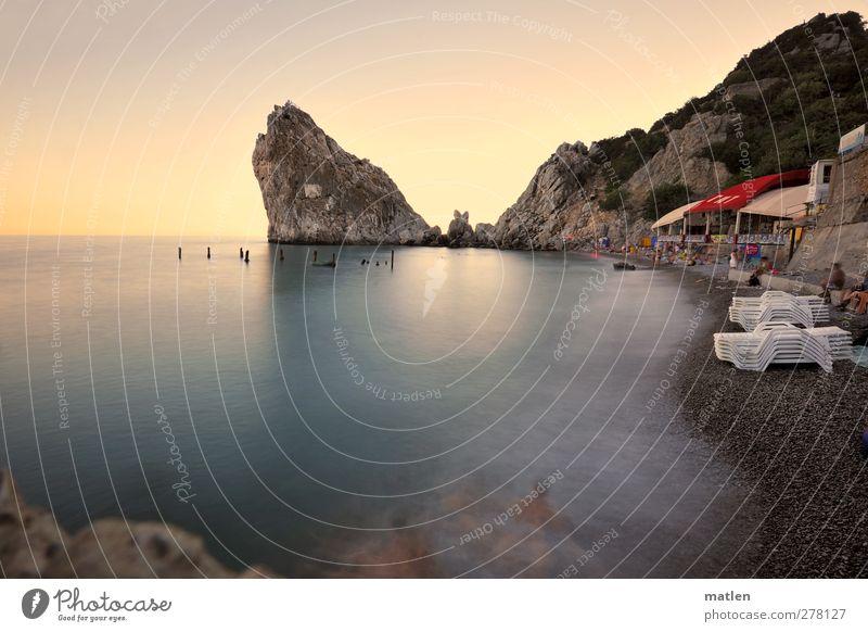 пляж Mensch Himmel blau weiß Sommer Meer rot Landschaft Strand Berge u. Gebirge Küste Schwimmen & Baden Felsen Menschengruppe
