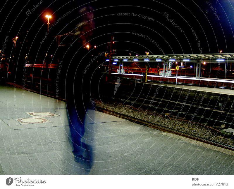 Bewegung am Bahnhof Nacht Langzeitbelichtung Bremen Eisenbahn Bahnsteig Laterne KDF Hauptbahnhof Mensch Abend Licht Passagier