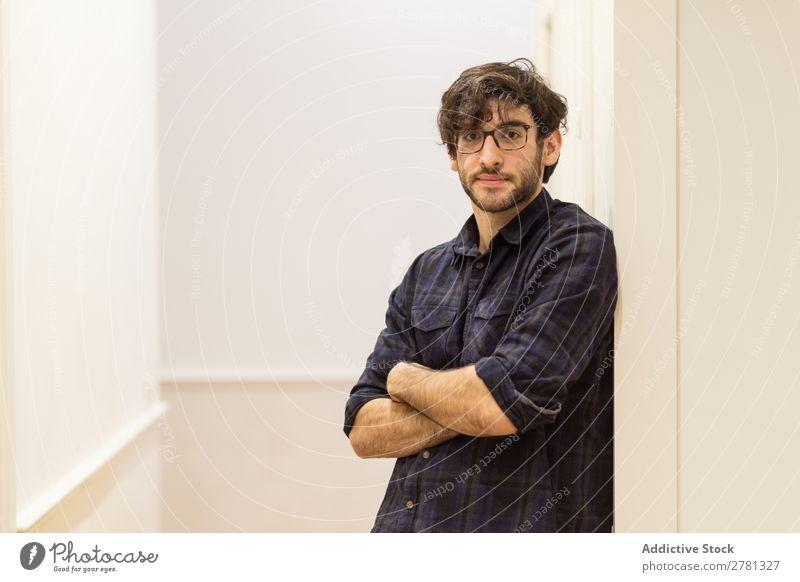 Junger Mann mit Brille im Hemd posierend Körperhaltung Porträt gestikulieren stehen Freundlichkeit verschränkte Arme positiv Lächeln Blick in die Kamera Mensch