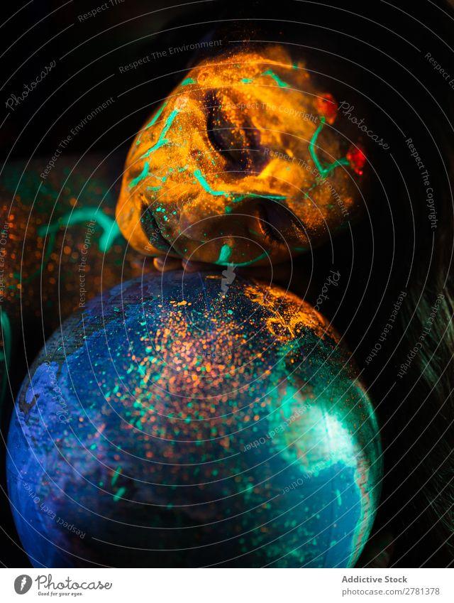 Frau mit Leuchtfarbe und Kugel Jugendliche hübsch Farbe Globus Model Landkarte Augen geschlossen malen fluoreszierend leuchten erleuchten Kunst neonfarbig Licht