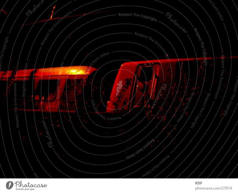 zug rot gelb dunkel Tür Eisenbahn Sträucher Bremen unheimlich