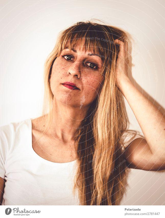 Chica joven rubia tocándose el pelo Stil schön Gesicht Kosmetik Schminke Modellbau feminin Junge Frau Jugendliche Erwachsene 1 Mensch 18-30 Jahre 30-45 Jahre