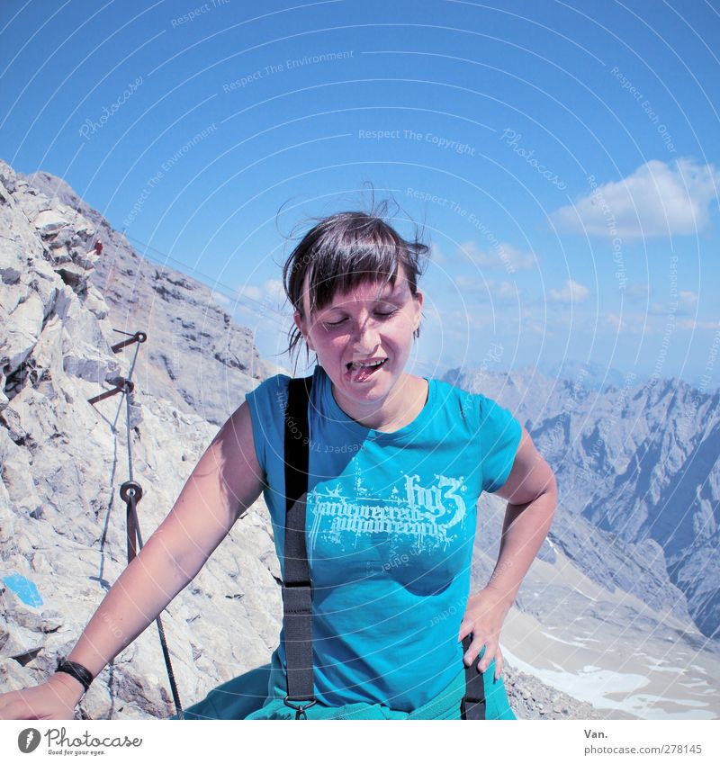 Gipfelstürmer Mensch Himmel Natur Jugendliche blau Ferien & Urlaub & Reisen Sommer Erwachsene Erholung Landschaft Berge u. Gebirge feminin Junge Frau grau