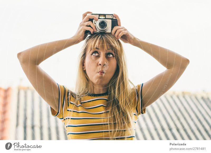 Chica mit Cámara haciendo muecas Freude Freizeit & Hobby Handarbeit fotografía Fotokamera feminin Junge Frau Jugendliche Erwachsene 1 Mensch 18-30 Jahre