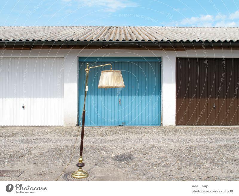 Lost and found Umzug (Wohnungswechsel) Dekoration & Verzierung Lampe Garagentor Hinterhof Beton stehen warten Armut Kitsch trashig trist blau Romantik