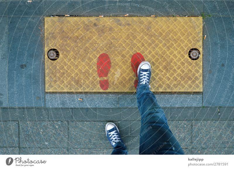 gold Mensch maskulin Beine Fuß 1 Jeanshose Schuhe Turnschuh schreiten Erfolg selbstbewußt Fußspur Karriere Erfolgsaussicht Gully Farbfoto Außenaufnahme