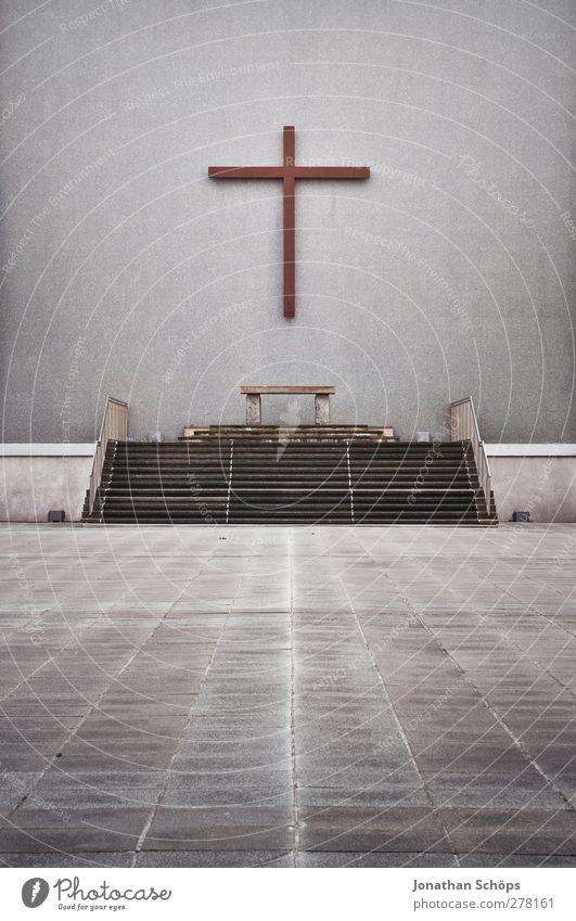 Altarplatz grau Religion & Glaube Stein Linie Treppe groß Platz Beton Kirche ästhetisch Perspektive Hoffnung Mitte Christliches Kreuz Gebet