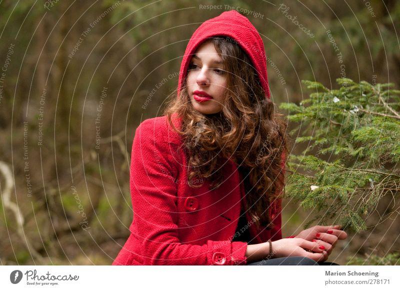 Versunken feminin Junge Frau Jugendliche 1 Mensch Wald träumen rot Rotkäppchen Märchen Farbfoto Außenaufnahme Porträt Oberkörper Wegsehen langhaarig brünett