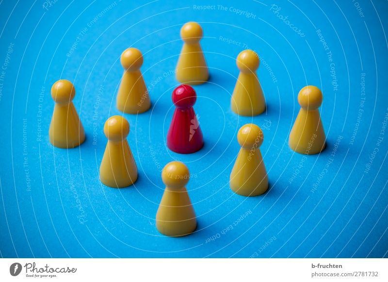 Gruppe von Spielfiguren blau rot gelb Business außergewöhnlich Menschengruppe Zusammensein Arbeit & Erwerbstätigkeit Kommunizieren Ordnung einzigartig