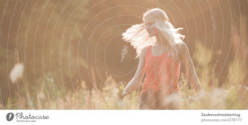 Sommermärchentanz Freude Freiheit feminin Junge Frau Jugendliche 1 Mensch Natur blond langhaarig genießen Lächeln Tanzen träumen frei Freundlichkeit Glück