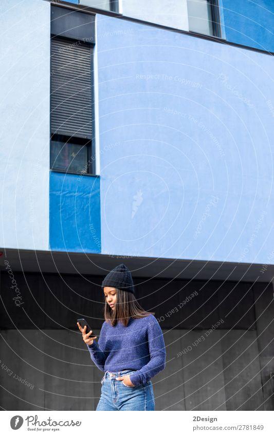 Porträt einer schönen jungen afrikanischen Frau mit Handy Lifestyle Glück Leben Telefon PDA Technik & Technologie Mensch feminin Junge Frau Jugendliche