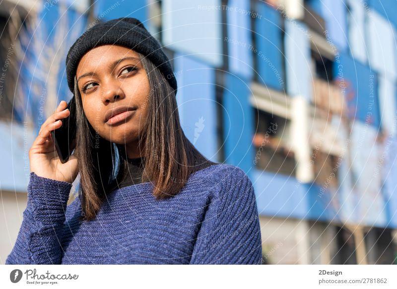 Frau Mensch Jugendliche Junge Frau schön Freude schwarz 18-30 Jahre Straße Erwachsene sprechen feminin lachen Stil Mode 13-18 Jahre