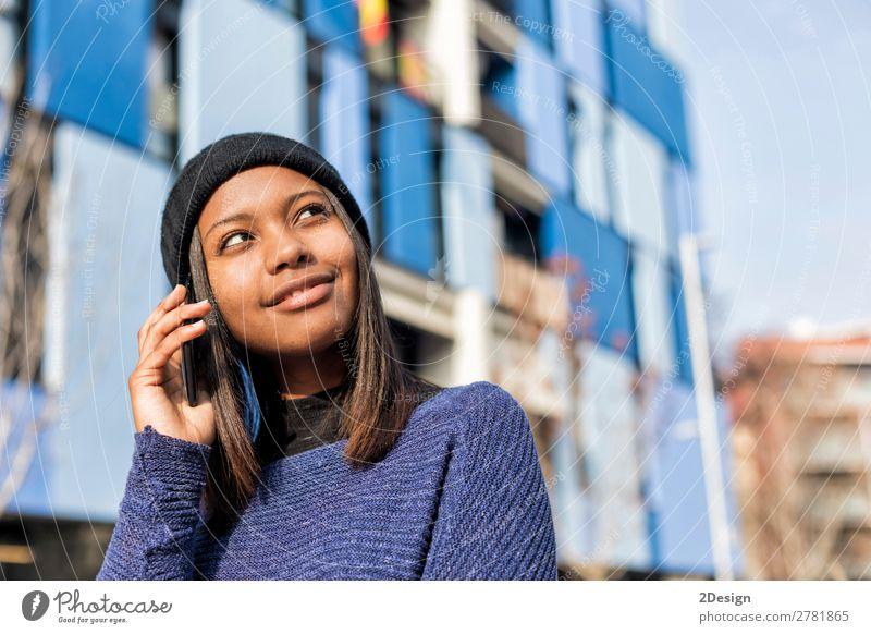 Porträt einer fröhlichen jungen Afrikanerin, die im Freien steht. Stil Freude schön sprechen Telefon PDA Technik & Technologie Mensch feminin Junge Frau