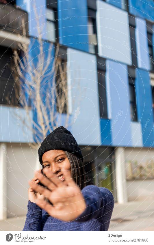 Junge schöne schwarze Frau, die im Freien in der Stadt steht. Telefon Mensch feminin Junger Mann Jugendliche Erwachsene Hand 1 13-18 Jahre 18-30 Jahre Straße