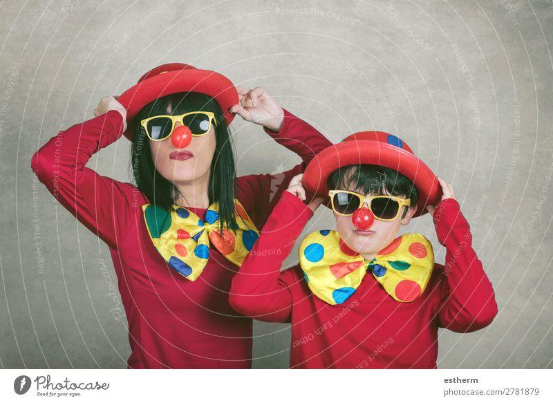 Mutter mit Sohn mit Clownsnase und Hut Lifestyle Freude Feste & Feiern Muttertag Karneval Halloween Geburtstag Mensch maskulin feminin Junge Frau Jugendliche