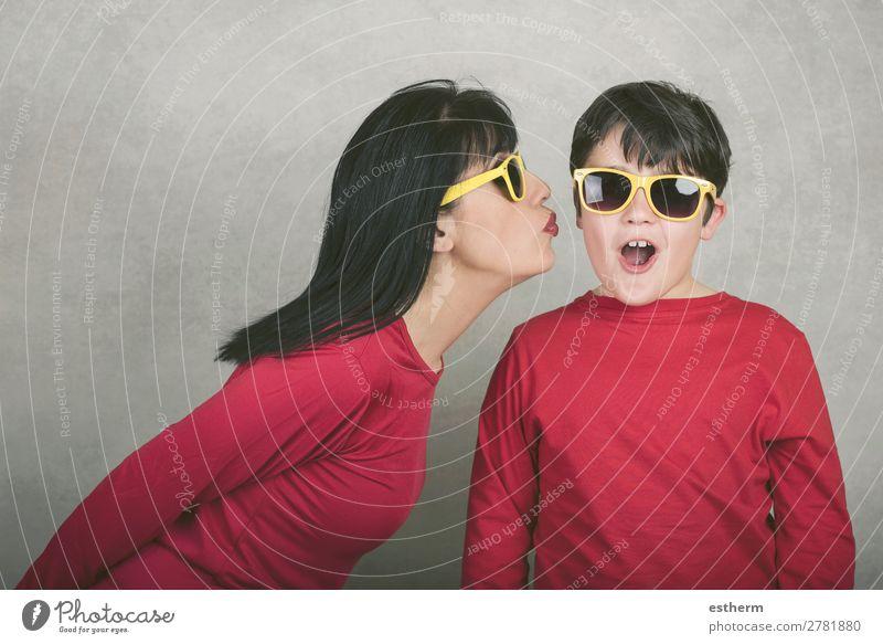 glückliche Frau, die ihren Sohn auf die Wange küsst. Lifestyle Freude Feste & Feiern Muttertag Geburtstag Mensch maskulin feminin Junge Junge Frau Jugendliche