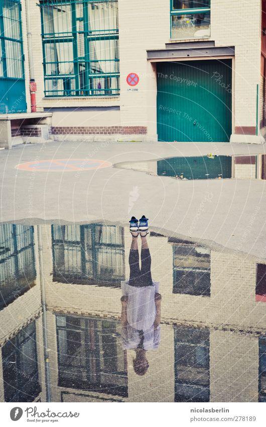 Nur die Erinnerung bleibt.. Mensch Jugendliche Stadt Erwachsene Haus feminin Wand Junge Frau Spielen Mauer träumen 18-30 Jahre außergewöhnlich Fassade