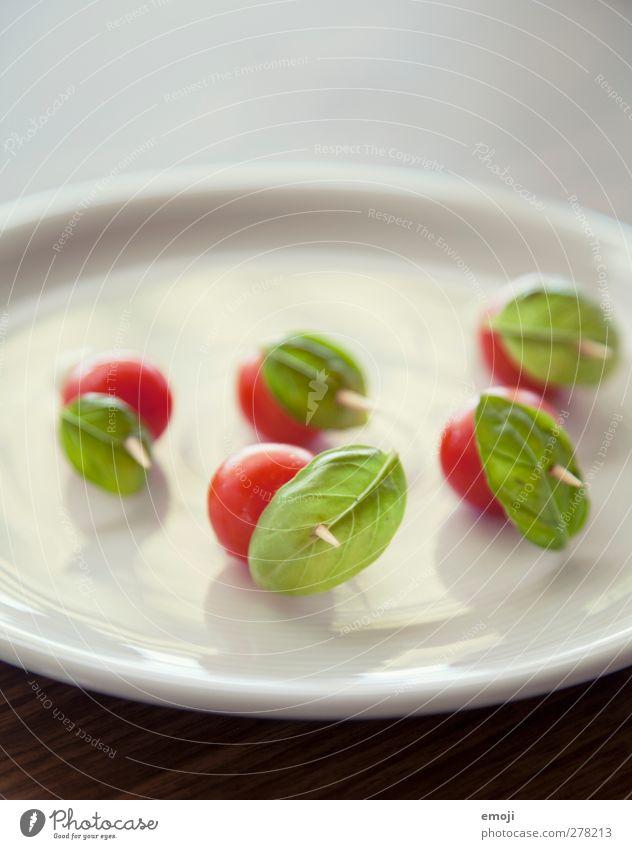 grünrot Lebensmittel Gemüse Ernährung Vegetarische Ernährung Diät Fingerfood Teller frisch Gesundheit Tomate Basilikum Basilikumblatt Vorspeise aufgespiesst