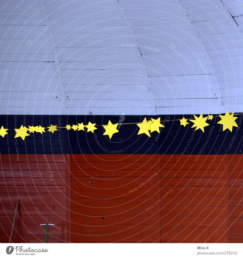 Stars Dekoration & Verzierung gelb Stern (Symbol) Girlande Kuppeldach Holzbrett Farbfoto mehrfarbig Außenaufnahme Menschenleer Textfreiraum oben