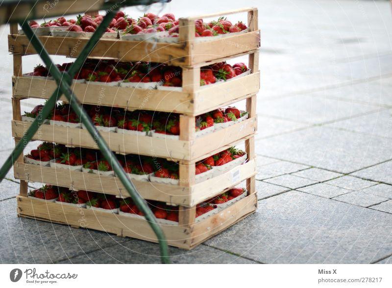 Reste Lebensmittel Frucht Ernährung Bioprodukte frisch lecker saftig süß Wochenmarkt Erdbeeren Gemüsemarkt Obstkiste Holzkiste Buden u. Stände Paletten Farbfoto