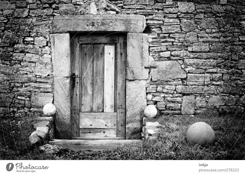 bei den Geröllheimers Menschenleer Hütte Ruine Mauer Wand Fassade Tür Dekoration & Verzierung Steinwand Steinmauer steinig Kugel alt dunkel trist geschlossen