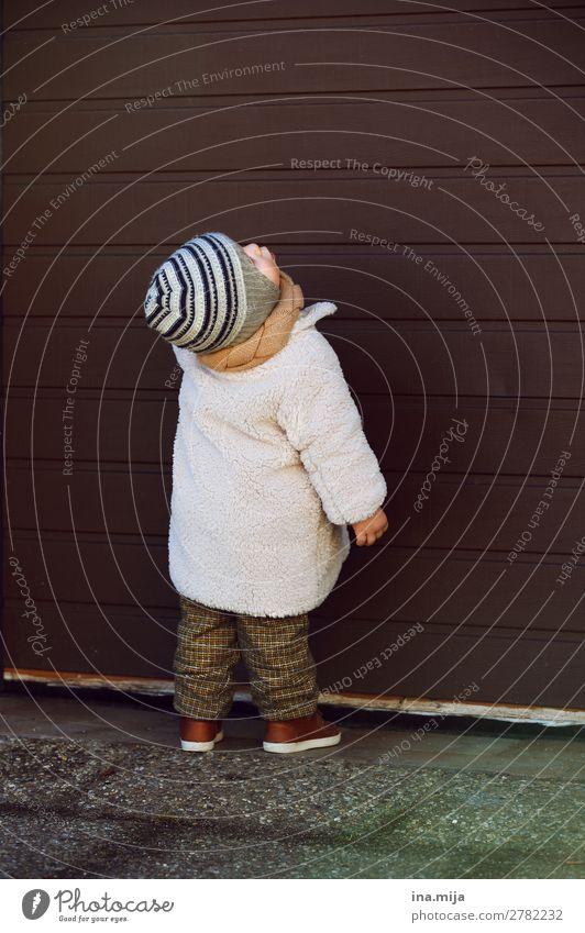 Was gibt's denn da? Kind Mensch Winter Leben Herbst Junge Mode Kindheit Baby Bekleidung Kindheitserinnerung Neugier entdecken Hose Mütze Kleinkind