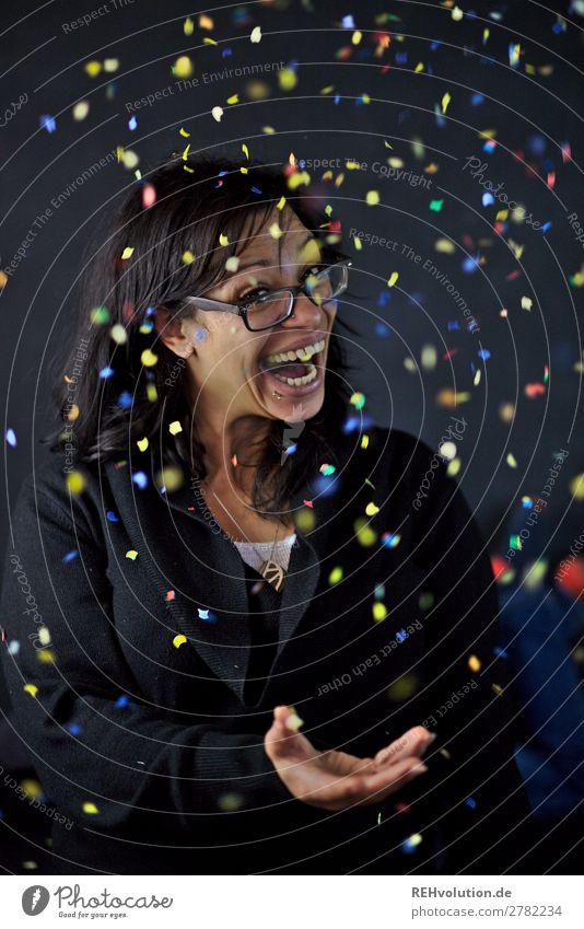Marvet | Frau wirft Konfetti Lifestyle Stil Freude Glück Freizeit & Hobby Feste & Feiern Geburtstag Mensch feminin Erwachsene 1 30-45 Jahre Brille schwarzhaarig