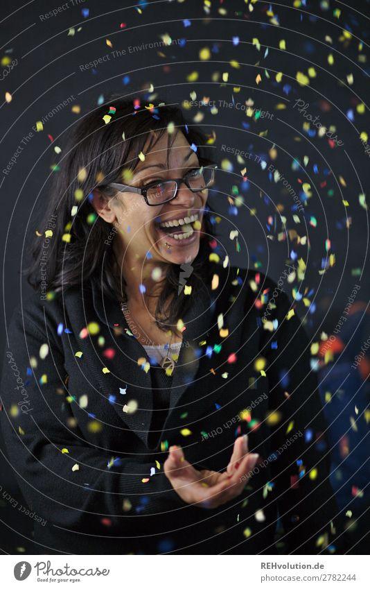 Konfetti-portrait Lifestyle Feste & Feiern Mensch feminin Frau Erwachsene 1 30-45 Jahre Brille schwarzhaarig langhaarig Dekoration & Verzierung Lächeln lachen