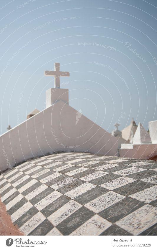 Letzte Ruhe für Schachspieler? Kleinstadt Bauwerk blau weiß Friedhof Grabmal Grabstein Kreuz Christliches Kreuz Katholizismus Gruft kariert mediterran Farbfoto