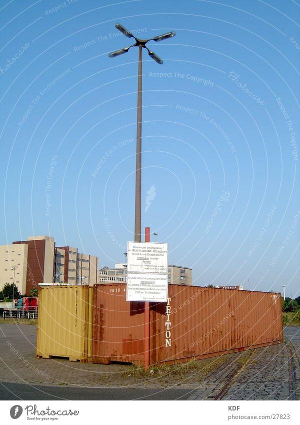 Container rot gelb Wasserfahrzeug Schilder & Markierungen Hochhaus Hamburg Industrie Industriefotografie Hafen Laterne Schönes Wetter Blauer Himmel