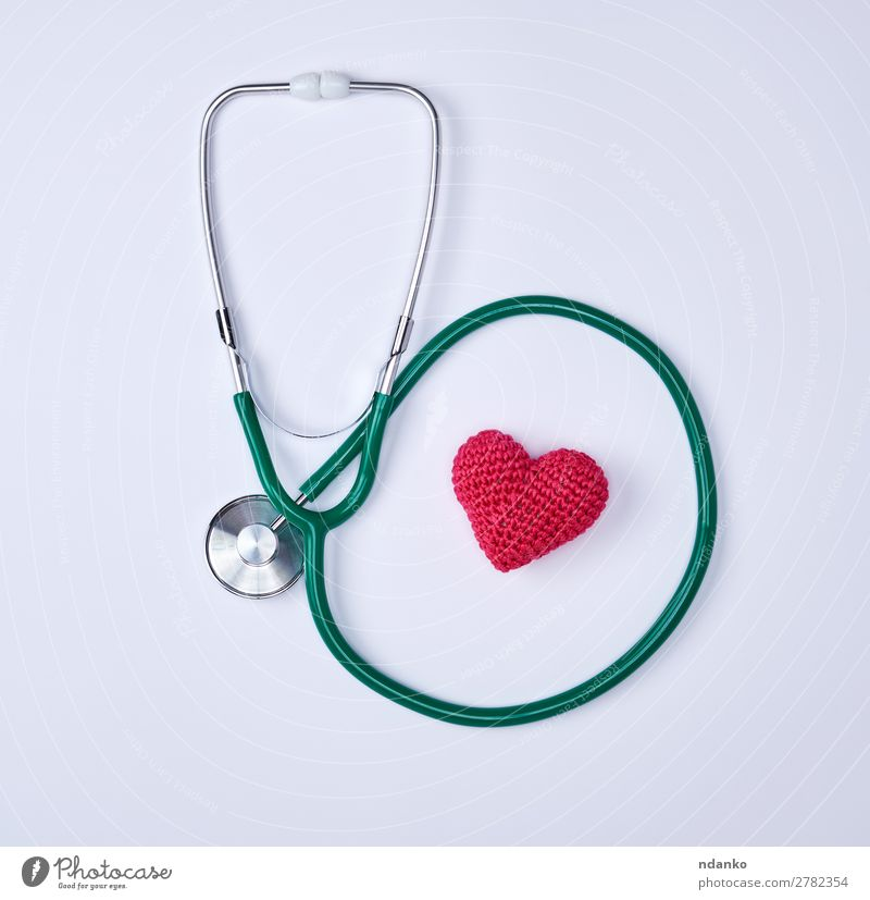 grünes medizinisches Stethoskop und rotes Herz Gesundheitswesen Behandlung Krankheit Medikament Krankenhaus Werkzeug hören weiß Notfall Herzform Hintergrund