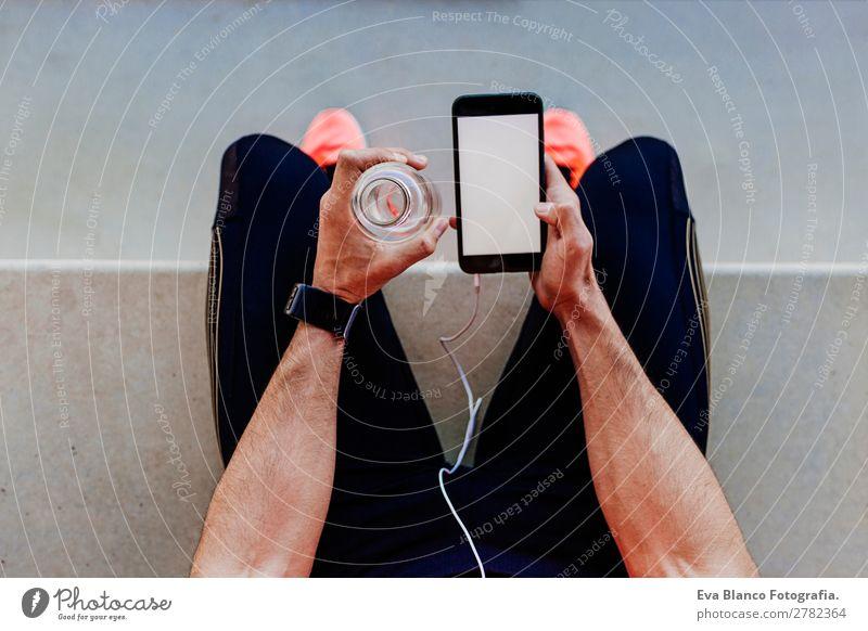 Läufer mit Handy und Wasserkantine Getränk Erfrischungsgetränk Lifestyle Freizeit & Hobby Sport Joggen Stadion Telefon Bildschirm Technik & Technologie