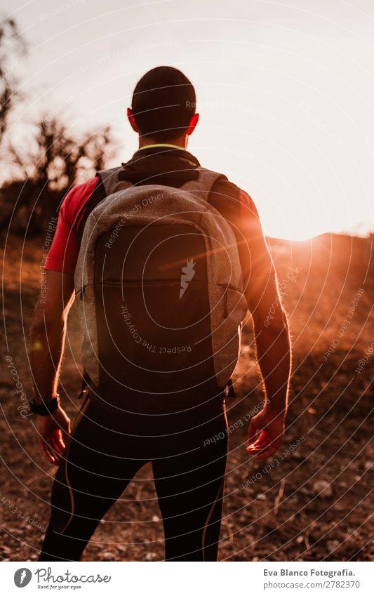 junger Wanderer bei Sonnenuntergang Lifestyle Freizeit & Hobby Sport wandern Mensch maskulin Junger Mann Jugendliche Erwachsene 1 30-45 Jahre Natur Landschaft