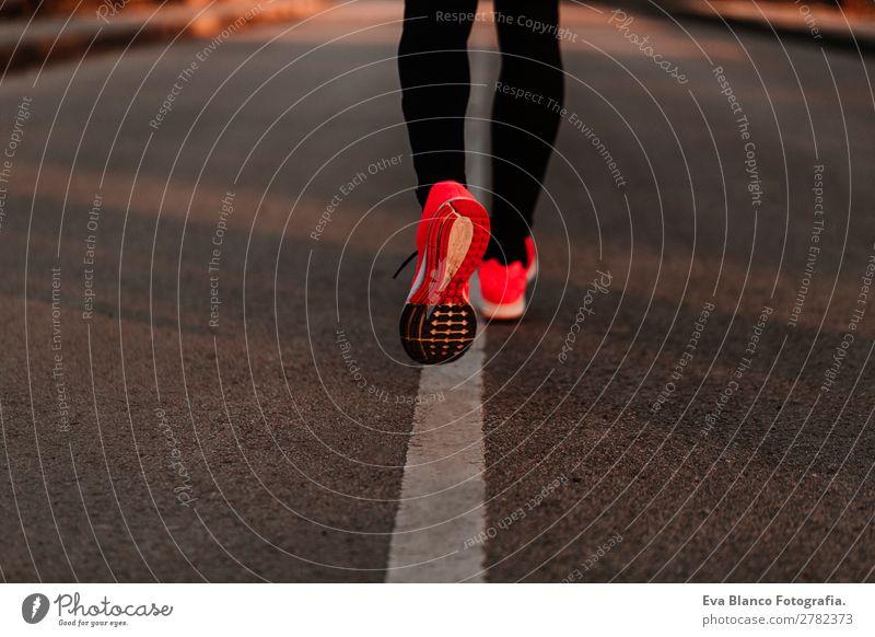 Mensch Jugendliche Mann Stadt Junger Mann rot Freude Lifestyle Beine Erwachsene Sport Bewegung Fuß Freizeit & Hobby maskulin genießen