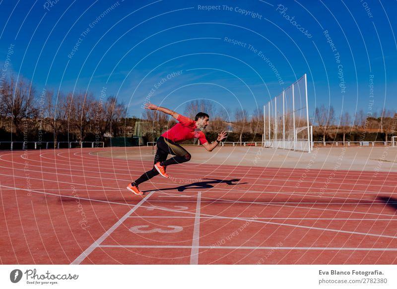 junger Athlet Mann, der auf den Bahnen läuft. Lifestyle Freizeit & Hobby Sport Leichtathletik Joggen maskulin Junger Mann Jugendliche Erwachsene 1 Mensch