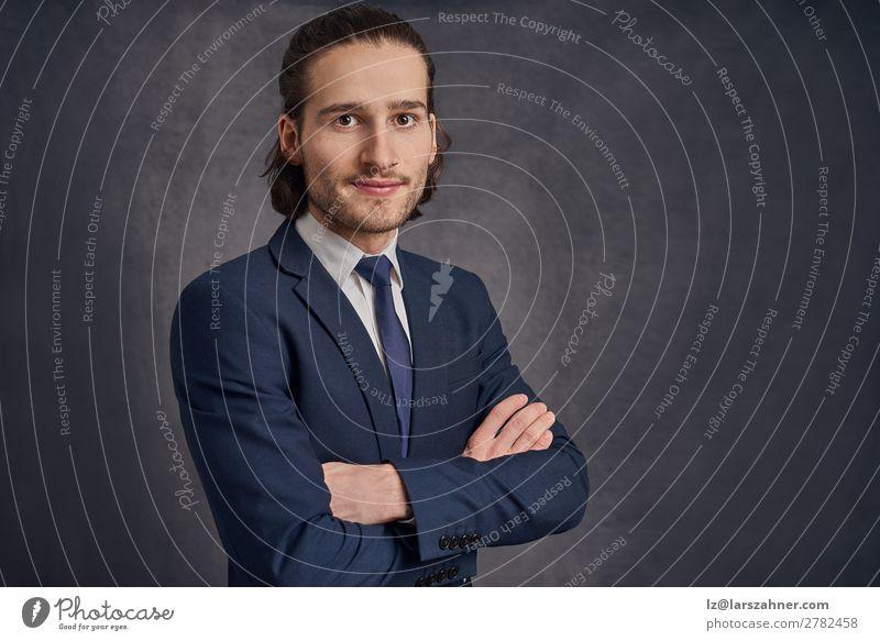 Junger Mann im Anzug mit verschränkten Armen Gesicht Dekoration & Verzierung Business Erwachsene 1 Mensch 18-30 Jahre Jugendliche Krawatte stehen modern Schüler