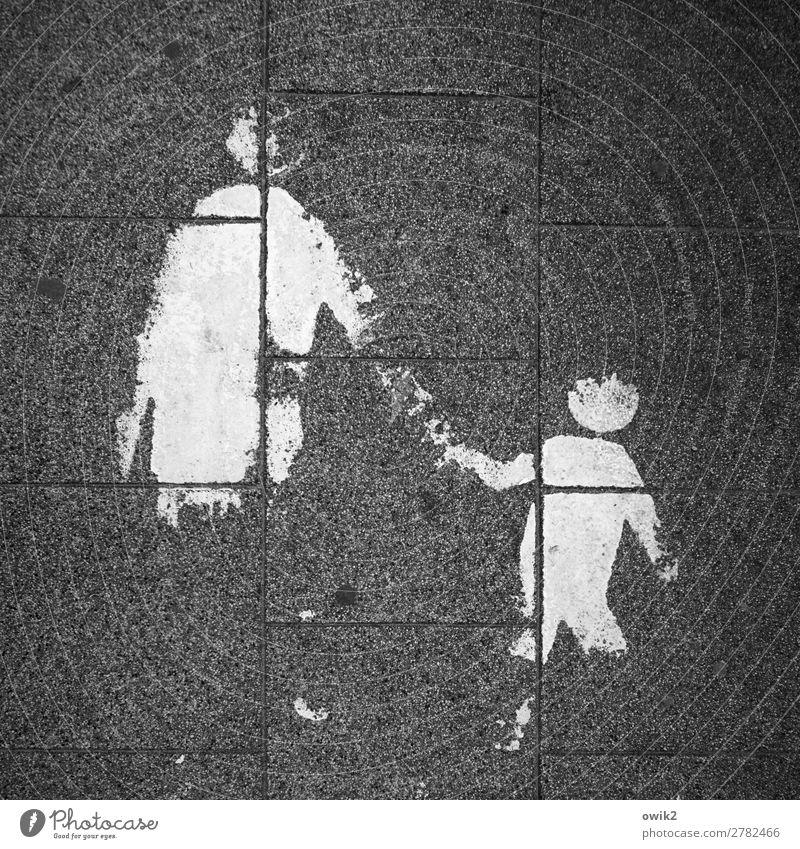 Abgelaufen Mensch Kind Frau Erwachsene 2 Bürgersteig Bodenplatten Fuge Quadrat Stein Zeichen Schilder & Markierungen alt Zusammensein unten Stadt Verantwortung