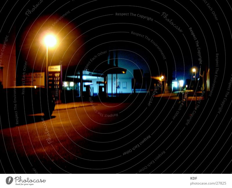 Tankstele um drei Tankstelle Nacht gelb Langzeitbelichtung schwarz Bremen Stil leer Licht blau nichts los Straße KDF